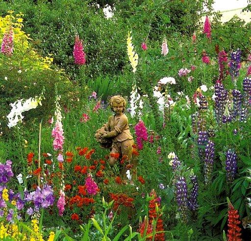 статуя мальчика в саду